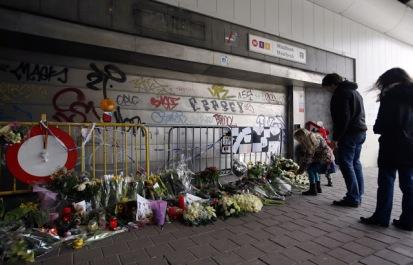 4907934_6_4efd_des-fleurs-en-hommage-aux-victimes-des-attaques_56467ba7b0a69f1d52bfaede55b88801